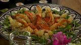 Laura Voutilainen hulluna itämaiseen ruokaan – lounaalla tarjolla sushia, kevätkääryleitä ja tulista mustekalaa