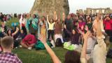 Kesäpäivänseisaus toi tuhannet hengellisyyden tavoittelijat Stonehengeen