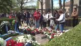 Presidentti Mauno Koiviston haudalle virtaa jatkuvasti vierailijoita