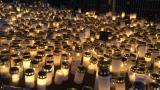 Leikkipuistoon on tuotu runsaasti kynttilöitä lapsen muistoksi