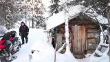Olkapäänsä loukannut vanhus saa lämmityspuunsa kylätyöntekijän tuomana Inarissa