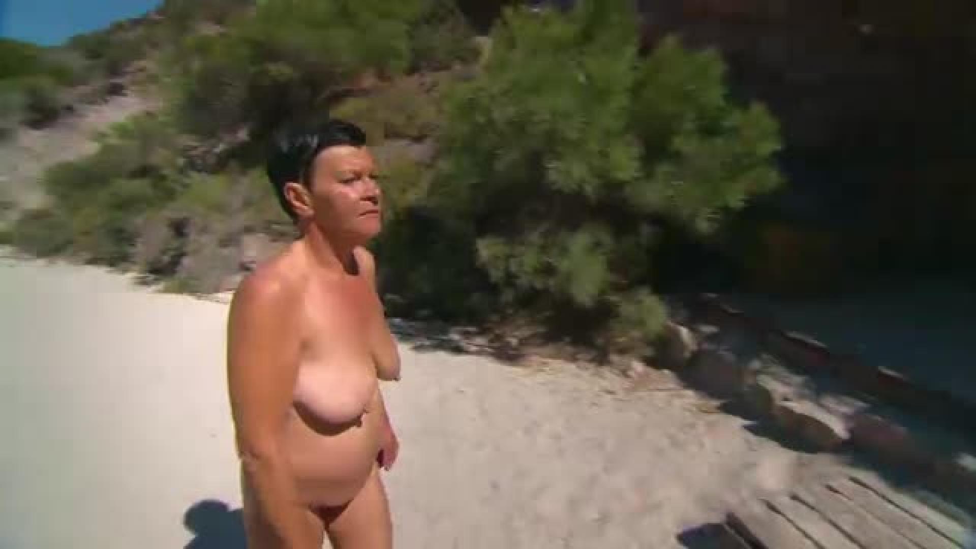 musta alaston nainen